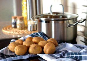Kartoffeln mit Kochtopf